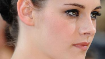 Learn How to keep eyes make-up safe - Kristen Stewart Eyes