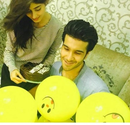 See Feroze Khan demonstrates his feelings of love for Sajal Ali