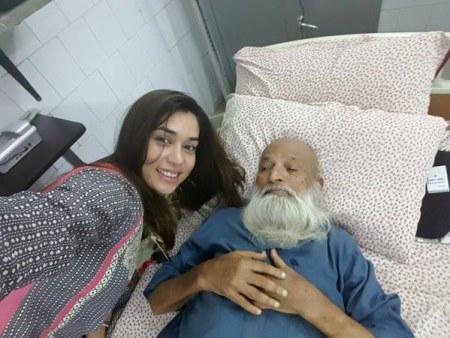 See Komal Rizvi took Selfie with Edhi, No regrets