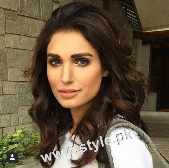 Pakistani celebrities who look good in colored eye lenses (6)