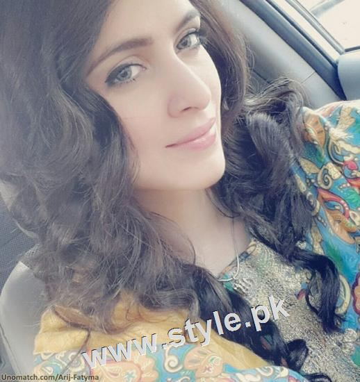 Pakistani celebrities who look good in colored eye lenses