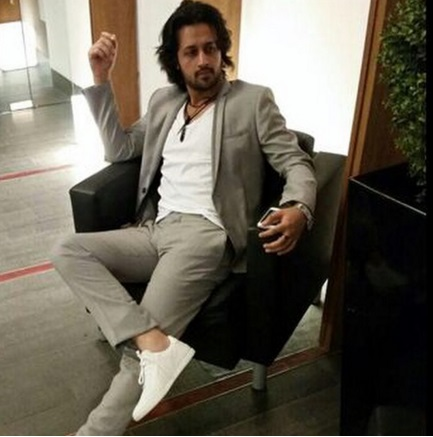 Atif Aslam wearing white sneakers