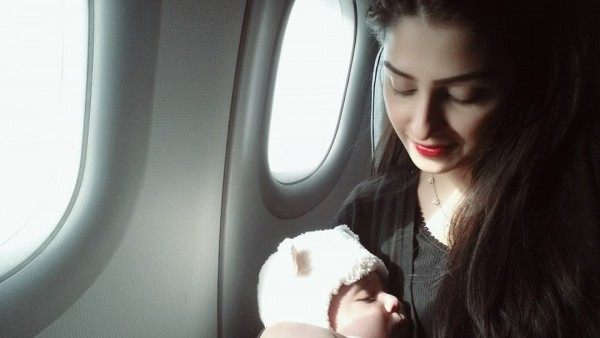 Ayeza Khan spending time with her Daughter (2)