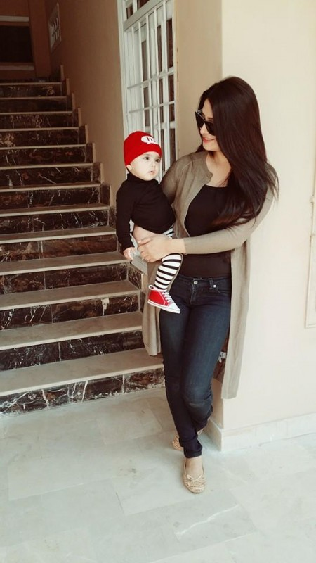 Ayeza Khan spending time with her Daughter (6)