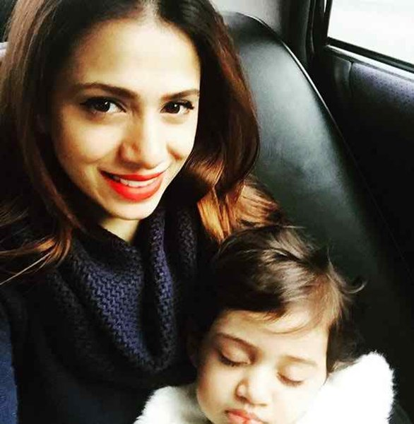 Latest Pictures Of Tooba Siddiqui With Her Family002