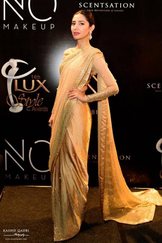 epic styles of mahira khan at lux style awards. saree