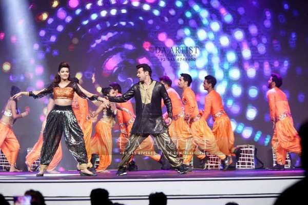 Pictures of Pakistani Celebrities during performance at ARY Film Awards 2016 (16)
