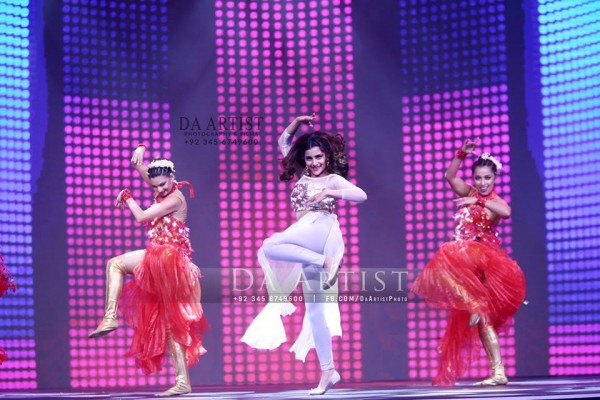 Pictures of Pakistani Celebrities during performance at ARY Film Awards 2016 (19)