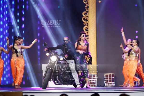Pictures of Pakistani Celebrities during performance at ARY Film Awards 2016 (20)