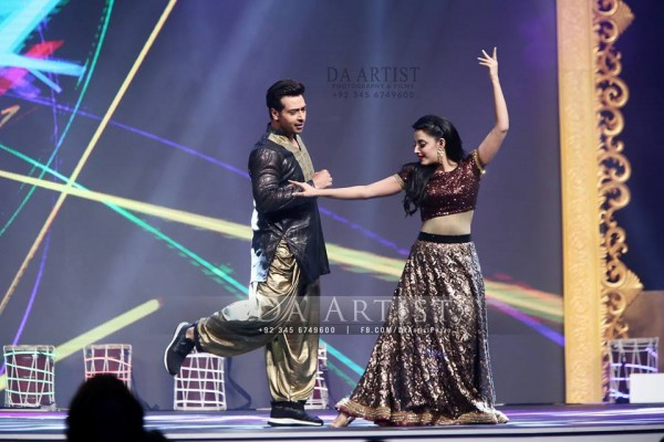 Pictures of Pakistani Celebrities during performance at ARY Film Awards 2016 (22)