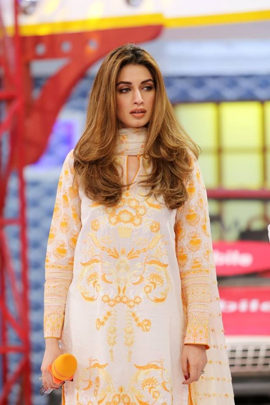 Sanam Saeed and Iman Ali in Jeeto Pakistan (3)