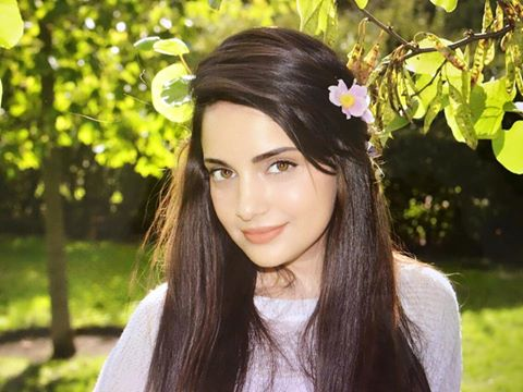 "See Armeena Khan raises voice against ""Fair Skin"" complex in girls"