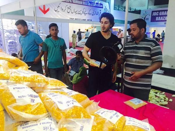 See Ahsan Khan arranged Bazar e Ramzan for Needy People