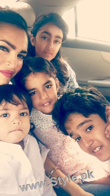 Recent Pictures of Nadia Hussain with all her four kids (2)