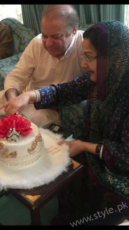 Nawaz Sharif Cutting his birthday cake with Kulsoom Nawaz