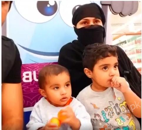 Veena Malik Dubai Mall in Abaya (3)