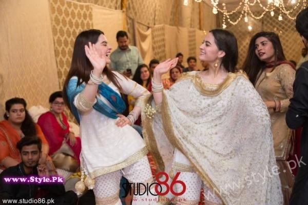 Aiman Minal Khan Dholki Dancing Pictures (10)