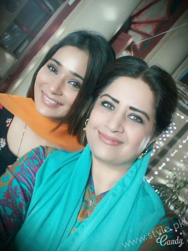 Indian Actress Sara Khan is busy in shooting of another Pakistani drama Laikin (2)