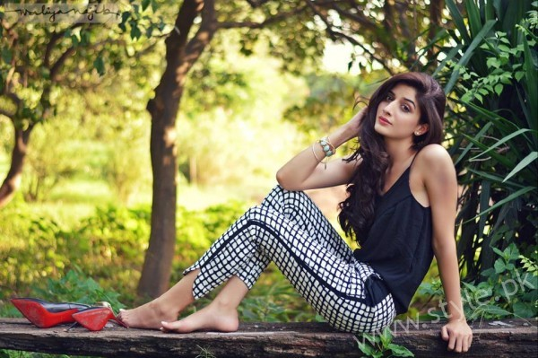 See Mawra Hocane's Live Chat with Fans