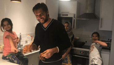 see The Adorable Video Of Shahid Khan Afridi With His Daughter!
