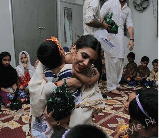 Sonya Hussyn And Moammar Rana Having Iftar With Kids At Edhi Center