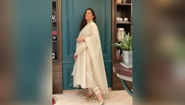 Mom-To-Be Anushka Sharma Dazzles In Beautiful Casual Dress
