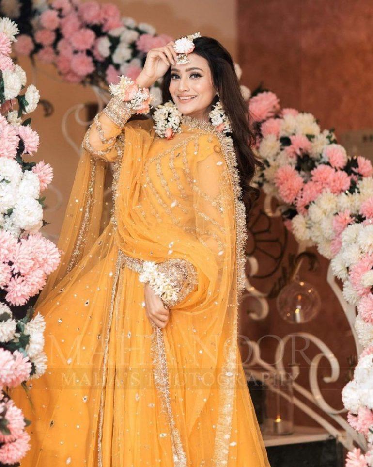 Zarnish Khan's Latest Pakistani Mehndi Dress Photoshoot