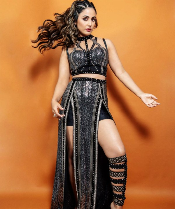 Hina Khan look Sizzling in a Thigh-High Slit Sequin