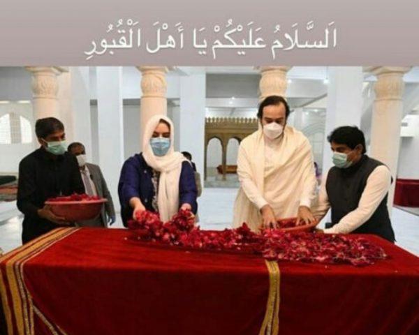 Bakhtawar with Mahmood visits Bhutto family mausoleum