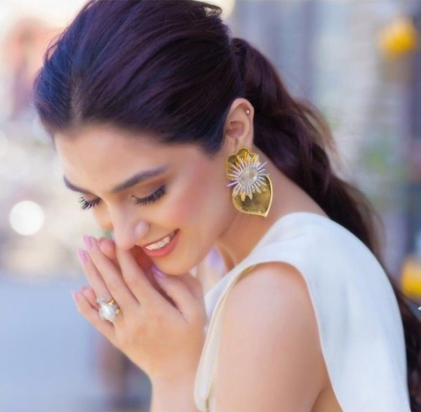 Maya Ali Wows Fans With Her Sleek And Stylish Clicks