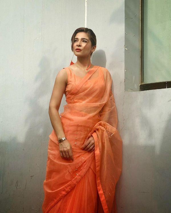 Ayesha Omar Shows Her Summer Look In a Peachy Sari