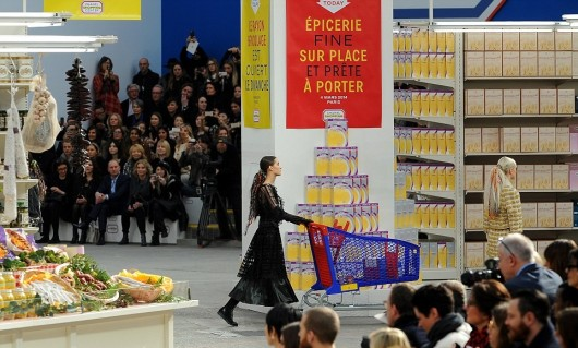 chanel-fall-winter-2014-15-ready-to-wear-decor-grocery-store-3