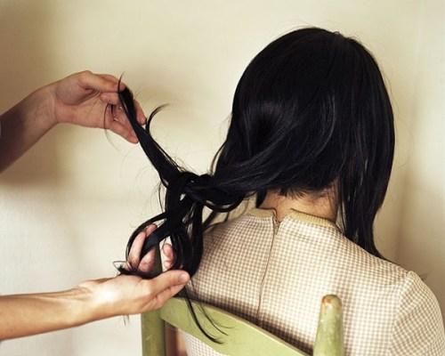 Anastasia-Caabon-untangling-hair