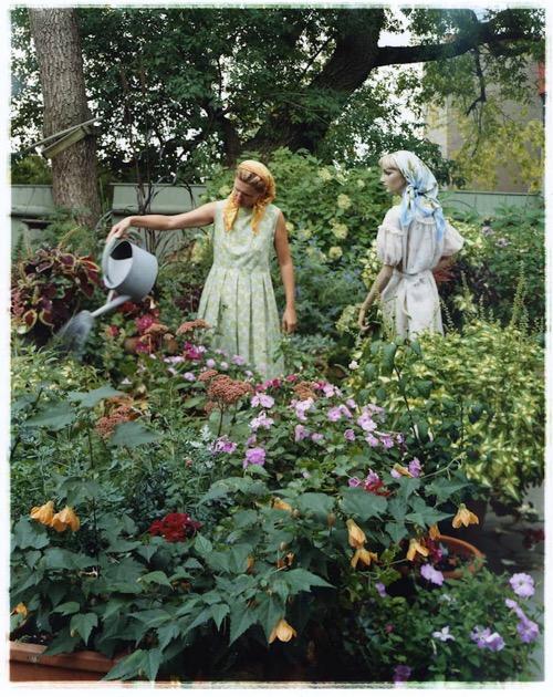 asia-kepka-in-the-garden