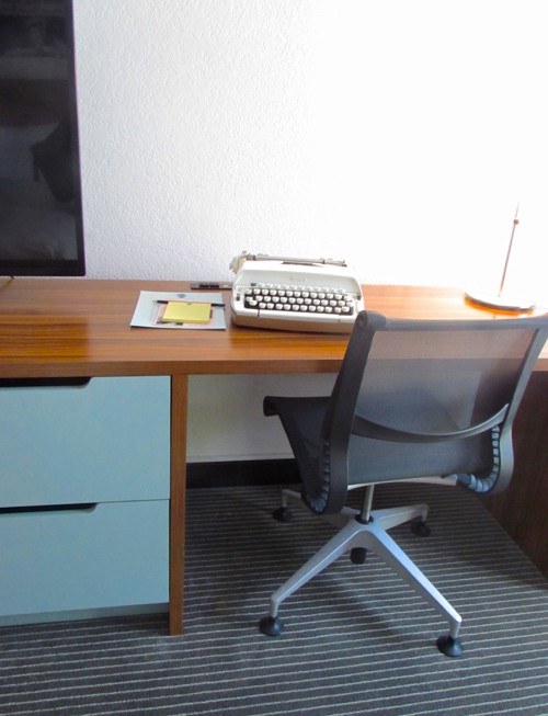 verb-hotel-room-desk