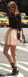 La falda no tiene que ser necesariamente larga y enorme, además este atuendo tiene una vibra medio rocker bastante padre