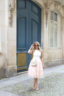 50 White Sleeveless Top Outfits Ideas 45