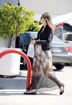 50 Comfy and Stylish Maternity Outfits Street Style Looks 31