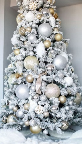 70 Catchy Silver and Gold Christmas Trees Decor You Need to See 16