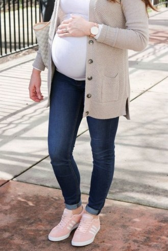 50 Comfy Jeans Outfits For Pregnant Women Ideas 18