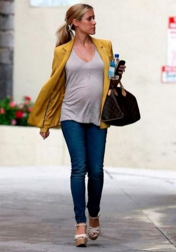 50 Comfy Jeans Outfits For Pregnant Women Ideas 19