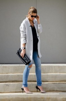50 Comfy Jeans Outfits For Pregnant Women Ideas 28