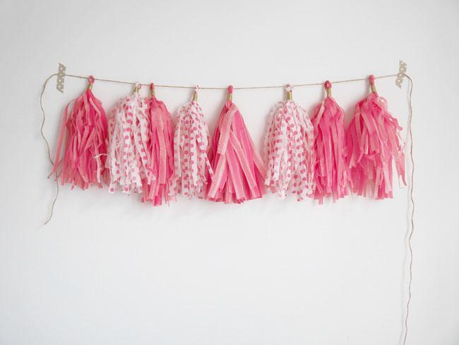 despus de lo pompones llega la guirnalda de borlas de papel de seda - Como Hacer Una Guirnalda