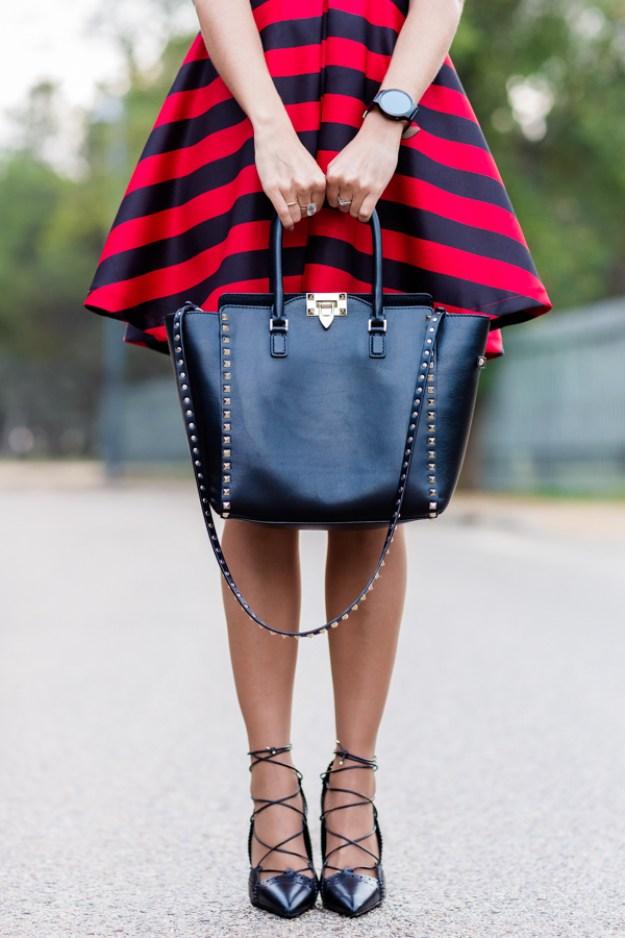 Striped dress vestido con rayas rojas y negras zapatos de tacón con cordones Zara bolso Valentino Rockstud Crímenes de la Moda