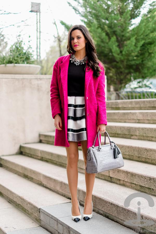 Vestido rayas + Abrigo fucsia Crimenes de la Moda