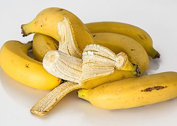 Banana-home-remedies-for-wrinkled-skin-on-hand