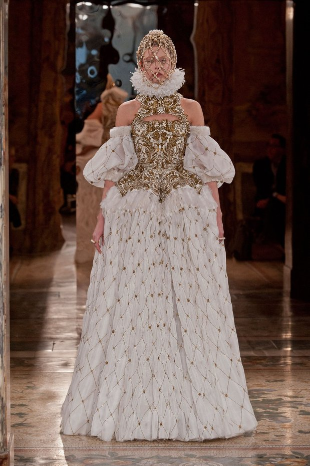 Winter Fashion, Autumn/ Winter 2013-14 Runway Fashion, Fashion, Style, Winter Fashion, Autumn/Winter 2013-14 Fashion Trends, Fashion Photography, Fashion Blog, Alexander McQueen, Balmain, Chloe, Christopher Kane, Dolce & Gabbana, Giorgio Armani, Oscar De La Renta