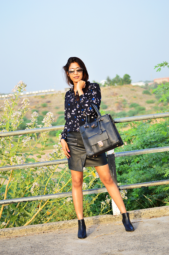 Fashion, Style, Fashion Photography, Street Fashion, Fashion Blogger, Casual wear, Indian Fashion Blogger, Faux Leather Skirt, Boohoo Bag, Black Bag,