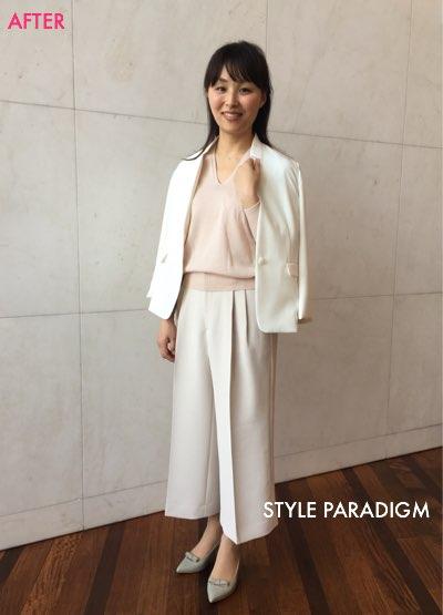 白のワイドパンツとジャケット、ピンクのニットのコーディネートの女性