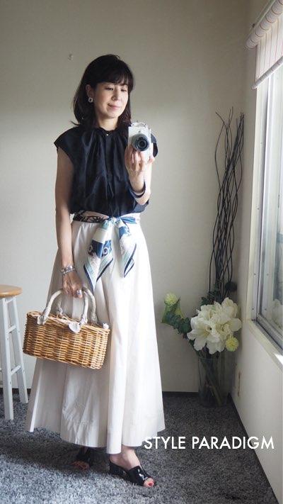 黒のブラウスと白のスカートを着てベルト代わりのスカーフのコーディネート